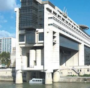 La mise en place de ces deux organismes bancaires inquiète déjà certains du fait d'une dette étatique affichant les 1700 milliards d'euros au compteur.