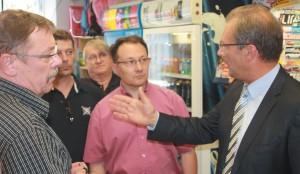 Jacques Lamblin (à droite), député de Meurthe-et-Moselle, est venu à la rencontre des buralistes du département à l'occasion de leur journée d'action chez un buraliste de Dombasle-sur-Meurthe.