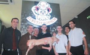 L'équipe de Christophe Pargon, directeur du restaurant (à gauche) est sur le feu à chaque service (comme le cochon,au centre) pour assurer une formule «à volonté» avec des pics à 250 couverts les week-ends.