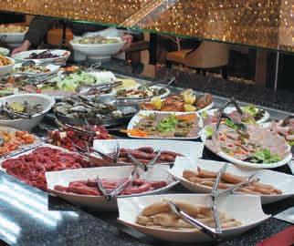 Un buffet d'entrées bien garni ouvre le bal de la danse gustative qui se finit par un plateau de desserts du même acabit.