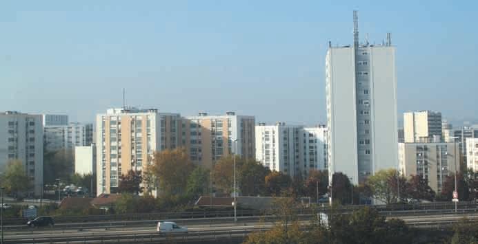 La réforme de la politique de la ville élaborée par le gouvernement suscite de nombreuses interrogations de la part des associations d'élus de villes. Bon nombre attendent l'acte III de la décentralisation.