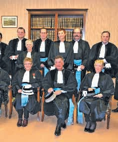 Lors de son discours, le président du Tribunal de commerce de Briey, Jean-Marie Brancaleoni (au centre assis) souligne que dans un Tribunal de commerce, des hommes et des femmes se mettent au service de la collectivité, sans contrepartie.
