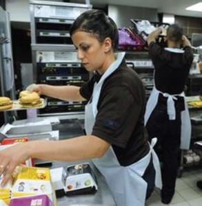 Dans le contexte actuel de crise économique, les femmes sont particulièrement vulnérables et constituent 70 % des travailleurs pauvres selon un rapport du Conseil économique, social et environnemental (CESE).