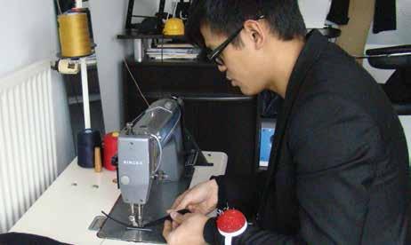 Dans son atelier de la rue de Phalsbourg, Dao Davy, dessine, découpe et assemble les modèles de jeans de sa marque.