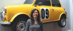 Carol Philippon, la pilote de chez Minidéco, ne répare pas les mythiques Austin Mini, elle les découpe pour les accrocher au mur. Effet décoratif bluffant à coup sûr.