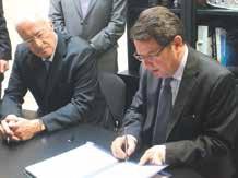 Maurice Laffly (à gauche), président d'AEds nouveau propriétaire de Baccarat Précision et Raphaël Bartolt, le préfet de Meurthe-et-Moselle, viennent de signer une convention de soutien Fred.