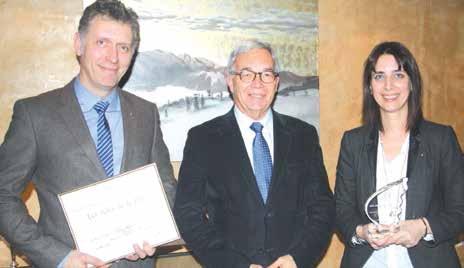 Denis et Stéphanie Tabouillot du Petit Comptoir de Lunéville et leur trophée entourent Alain Cadré, le président du Centre de gestion de Lorraine.