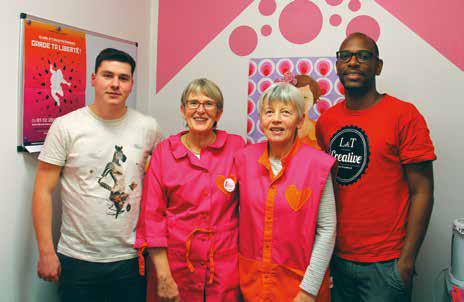 La présidente et la vice-présidente des Blouses Roses de Nancy entourées de Théo Delépine et Léo Joilan.