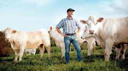 Un éleveur adhérant à Lorraine Qualité Viandes pose fièrement devant ses bêtes pour inviter les Lorrains à privilégier une viande 100 % lorraine.