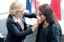 «La mode n'a pas encore intégré la parité : rien n'est fait pour accrocher la Légion d'Honneur sur une femme !», a plaisanté la Secrétaire d'État.