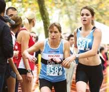 Passage de témoin (un chouchou) entre deux relayeurs de l'équipe féminine du COHM, future Championne de Lorraine.