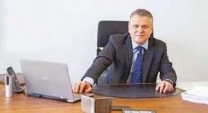 Jean-Marie Person définit avant tout son métier comme de l'assistance et de l'expertise.