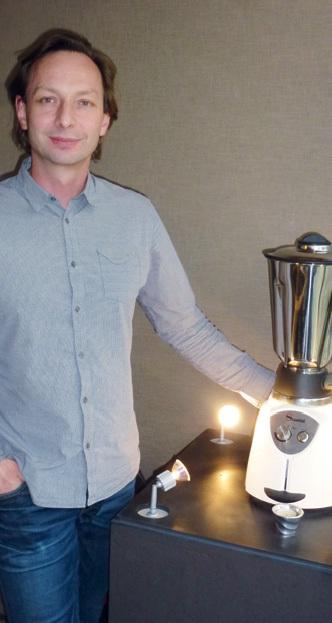 Sébastien Poirel, directeur d'Evok, présente l'un de ses nombreux objets hightech, ici un mixer Santos.