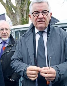 Bruno Janet, le directeur des relations avec les collectivités d'Orange a dévoilé la fibre lors de l'inauguration d'un point de mutualisation à Bar-le-Duc. «La précieuse fibre»