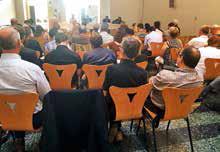 L'ordonnance analysée devant une assemblée de cadres territoriaux, d'élus et de chefs d'entreprise.